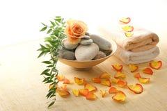 Een kuuroordsamenstelling van bloemblaadjes, stenen en handdoeken Royalty-vrije Stock Afbeelding