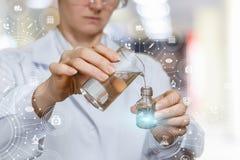 Een laboratoriumarbeider mengt substanties stock foto