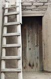 Een Ladder die zich buiten een Pueblo-Deur bevinden royalty-vrije stock afbeelding