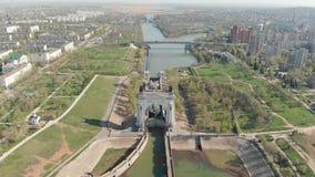 Een ladings schip-tanker met olie wordt geladen verlaat het eerste slot van volga-aantrekt Verschepend Kanaal dat volgograd Rusla
