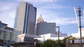 Een ladingstrein die Pittsburgh Pennsylvania ingaan zoals die van het strookdistrict wordt gezien stock video
