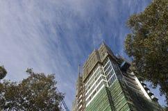 Wordt geconstrueerd van de bouw onder een dramatische hemel Stock Fotografie