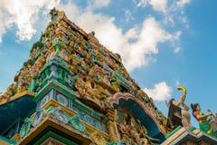 Een lage hoekmening van het Hindoeïsmetempel van Sri Layan Sithi Vinayagar in Singapore stock foto