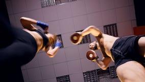 Een lage mening over een vrouwelijke bokser opleidingssessie stock footage