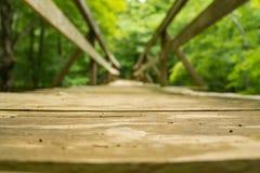 Een Lage Mening van een Wandelaarvoetgangersbrug langs de Appalachian Sleep - 2 royalty-vrije stock afbeelding