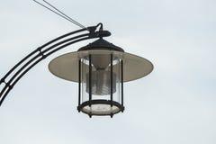 Een lamp hangt op het huis tegen een blauwe hemel royalty-vrije stock fotografie