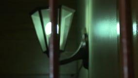 Een lamp op muurschot stock videobeelden