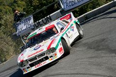 Een Lancia-Verzameling 037 raceauto tijdens een vastgestelde snelheidsproef in de tweede uitgave van het Ronda Di Albenga-ras dat stock foto