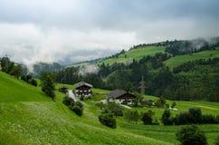 Een land in tirolean vallei met mist royalty-vrije stock afbeelding