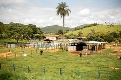 Een landbouwbedrijf tussen montain royalty-vrije stock afbeelding