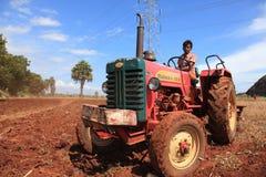 Een landbouwer in een tractor Stock Foto's