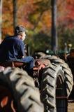 Een landbouwer op zijn tractor bij een dalingsmarkt in Sandwich, New Hampshire Royalty-vrije Stock Fotografie