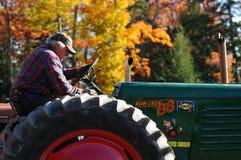 Een landbouwer op zijn tractor bij een dalingsmarkt in Sandwich, New Hampshire Royalty-vrije Stock Foto