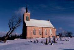 Een Landelijke die Kerk en een Begraafplaats dichtbij Pella, Wisconsin, met Sneeuw in Noordelijk die Wisconsin in een Foto wordt  Royalty-vrije Stock Fotografie