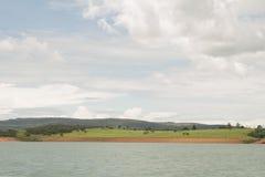 Een landschap met rivier en montains stock afbeelding