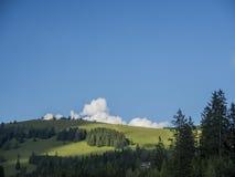 Een landschap van een deel in de Alpen Stock Foto's