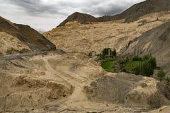 Een landschap van landt dichtbij Lamayuru-Klooster, leh-Ladakh, Jammu en Kashmir, India op de maan stock fotografie