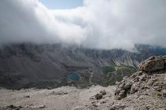 Een landschapsbeeld met Karlsbader-chalet en Laserz-meer in het Lienz-Dolomiet, Oostenrijk stock foto