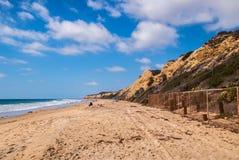 Een landschapsmening van het strand en de grote klip in Crystal Cove in de Kust van Nieuwpoort, Californië stock fotografie
