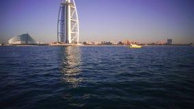 Een landschapsmening van het strand en het overzees van Doubai in de zomer voorraad De beroemde bouw en vissersbotenachtergrond D stock footage