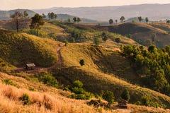 Een landschapsschot van rollende heuvels en droge borstel op een sleep Royalty-vrije Stock Afbeeldingen
