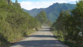 Een landweg in de bergen stock video