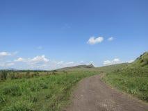 Een landweg langs de heuvel Stock Foto's