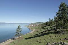 Een landweg langs de kust van meer Hovsgol stock foto
