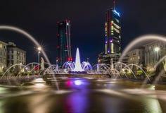 Een lange blootstelling als de Vier seizoenenfontein in Milaan en de twee 's nachts reuzen stock foto
