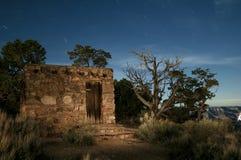 Een lange blootstelling van een steengebouw bij nacht in het Nationale Park van Grand Canyon stock foto's