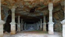 Een lange die gang door kolommen wordt omringd die in een godsdienstig monument beëindigen stock fotografie