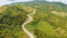 Een lange en windende weg die door groene heuvels overgaan Busuangaeiland Coron Lucht Mening filippijnen stock afbeelding