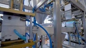 Een lange fabrieksproductielijn voor en zure room die vullen inpakken stock videobeelden