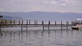 Een lange houten brug in het meer stock footage