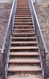 Een lange houten trap royalty-vrije stock afbeeldingen