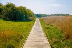 Een lange houten weg in het platteland stock foto