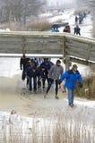 Een lange lijn van schaatsers op natuurlijk ijs, Nederland royalty-vrije stock foto