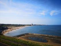 Een lange mening van Tynemouth longsands en het oude openlucht zwembad royalty-vrije stock foto's