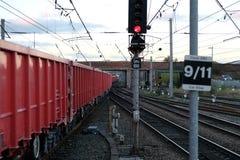 Een lange rode goederentrein Stock Afbeeldingen