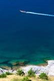 Een lange sleepboot met aardige oceaan Royalty-vrije Stock Foto