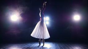 Een langzaam dansende ballerina voor vleklichten stock video