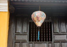 Een lantaarn die bij het oude huis hangen Royalty-vrije Stock Foto