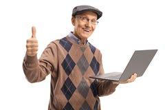 Een laptop computer houden en bejaarde die beduimelt omhoog het tonen royalty-vrije stock foto