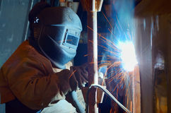 Een lasser die bij scheepswerf werken royalty-vrije stock afbeeldingen