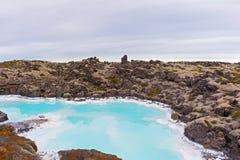 Een lava bemost gebied met geothermisch water dichtbij Grindavik in IJsland stock foto's