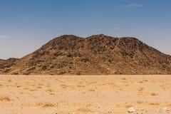 Een lavadagzomende aardlaag in de woestijn van Saudi-Arabië Dergelijke dagzomende aardlagen zijn resultaten van de vulkanische ui stock fotografie
