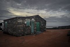 Een lavahuis met groene deuren en blinden onder Pico Royalty-vrije Stock Foto