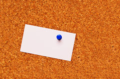 Een leeg adreskaartje op een cork raad Stock Foto