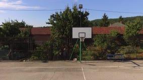 Een leeg basketbalhof die naar de mand vliegen stock video