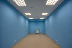 Een leeg bureau zonder mensen, muren is geschilderd blauw, geen windo royalty-vrije stock fotografie